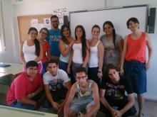 alumnado de 4º de ESO del IES Sofía junto a personal de Madre Coraje